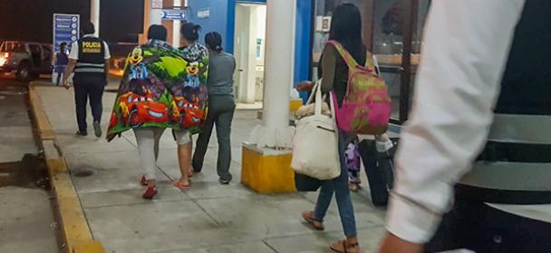 MIGRACIONES expulsó a extranjeras que intentaron burlar a inspectores con falso embarazo